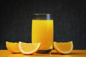 vers sinaasappelsap en plakjes foto