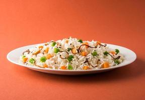 Indiase pulav of groenten rijst of groenten biryani oranje achtergrond