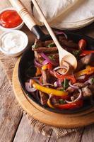 Mexicaans eten: fajitas close-up verticaal bovenaanzicht