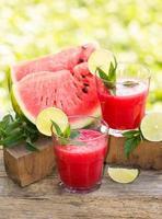 twee glazen watermeloen smoothies met limoen en munt foto