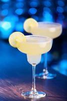 twee margarita-cocktails op een bar foto