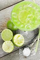 klassieke margarita-cocktail met zoute rand foto
