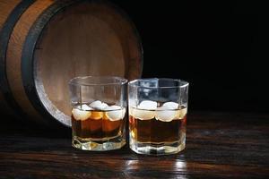 twee glazen whisky op een oude tafel foto