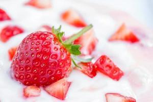 aardbeiensmoothie met aardbeien foto