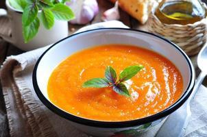 vegetarische pompoensoep met knoflook, basilicum en olijfolie