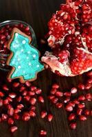 gebroken granaatappel, zaden en peperkoek kerstboom koekje foto