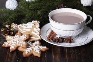 peperkoek kerstkoekjes en cacao in een witte kop. foto