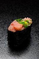 aangebraden norimaki van tonijn foto