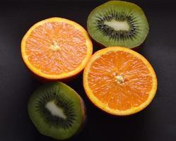 sinaasappel en kiwi in tweeën gesneden foto