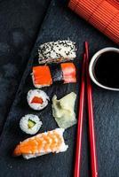 Japanse sushi met stokjes van bovenaf