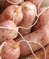 rauwe Italiaanse worstjes van de slager te koop foto