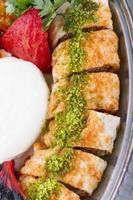 traditionele Turkse sish adana urfa kebab vlees en beyti sarma foto