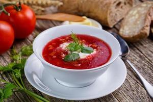 lekkere soep met brood op een houten achtergrond.