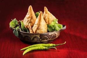 smakelijke samosa, favoriete theetijdsnacks in India foto