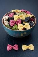 farfalle pasta (macaroni) foto