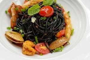 zwarte spaghettisaus, chili, zeevruchten. foto