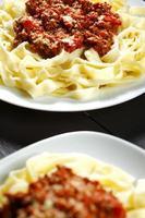 spaghetti bolognese met parmezaanse kaas foto