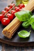 spaghetti, basilicum en tomaten