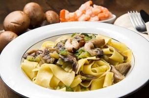 pasta met garnalen en champignons foto