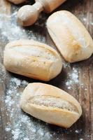 zelfgebakken brood op tafel foto