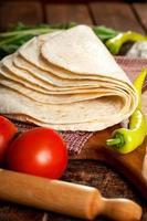stapel volkoren tortilla's foto