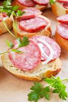 snack met heerlijk stokbrood en rookworst foto