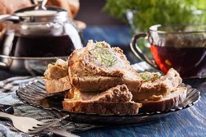 sneetjes brood met gebakken paté foto