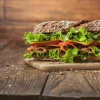 sandwich op de houten tafel foto