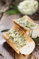 stokbrood met kruidenboter en rozemarijn foto