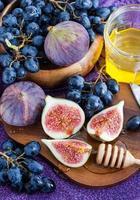 verse vijgen en donkere druiven foto