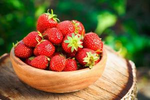 aardbei. aardbeien. biologische bessen foto