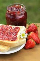 toast met aardbeienjam foto