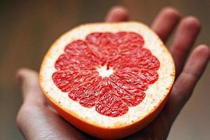 grapefruit in de hand