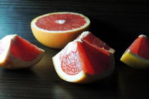 grapefruit op houten achtergrond foto