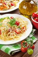 spaghetti en penne pasta met tomaten en basilicum foto