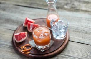 grapefruit vers op de houten tafel foto