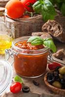 glazen pot met zelfgemaakte tomatensaus pasta foto