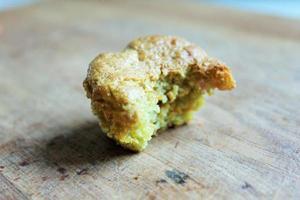 enkele mini muffin half opgegeten / einzelner mini muffin angebissen foto
