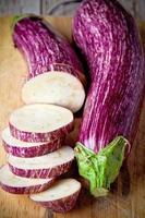 twee verse aubergines foto