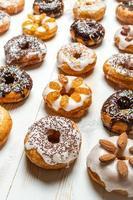 grote groep geglazuurde donuts foto