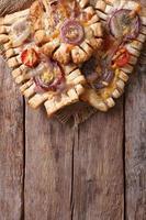 Franse bladerdeeg met rode uien verticale bovenaanzicht foto