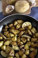 geroosterde aardappelen met rozemarijn en knoflook foto