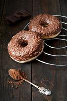 zoete donut met chocolade foto