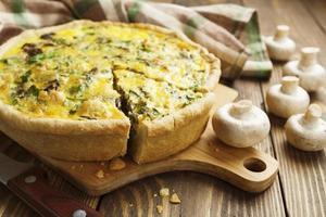 taart met champignons, kip en kruiden foto