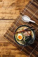udon noodle met gekookt varkensvlees foto