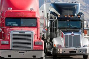 2 vrachtwagens met twee vrachtwagens foto