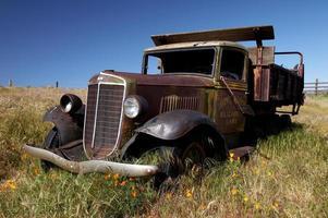 verlaten oude vrachtwagen foto