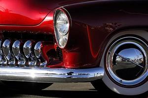 klassieke auto: rood chroom foto