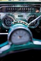 vintage dashboard met blauwgroen en zilverchroom foto