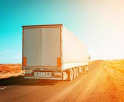 vracht vrachtwagen rijden tot zonsondergang foto